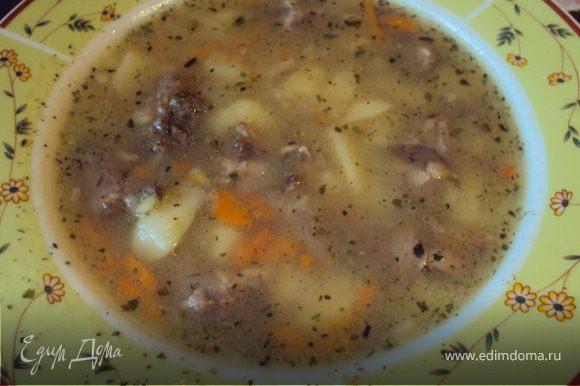 Сварить сердечки, потом в готовый бульон добавить нарезанный картофель лук и морковь. За несколько минут до готовности супа добавить соль перец острый и паприка и смесь зелени. Варить до готовности. Дать супчику отстояться минут 5-10 и можно подавать к столу. Приятного аппетита!