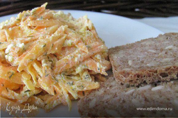 Морковь и тыкву очистить и натереть на крупной терке, добавить фету. Сделать заправку, заправить салат, все перемешать.