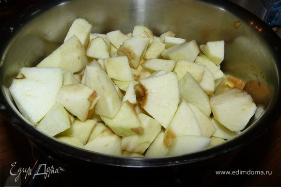 В кастрюльке растопить масло, когда начнет пузыриться, положить яблоки, ваниль и мед, протушить пару минут, помешивая, затем влить воды и тушить еще минут 10-15. Снять с огня, блендером довести до пюреобразного состояния. В стерелизованой банке простоит около 2 недель (получается баночка ок. 350мл)