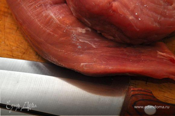 Свиные миньоны завернуть пленкой и отправить в морозилку на 30 минут. Затем нарезать вырезку лепестками по 5мм толщиной.