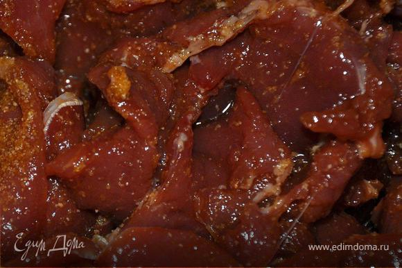 Приготовить маринад: 100г соевого соуса, 100г теплой воды, перец, 50г тертого имбиря, сок ½ лимона, 3 СТ.д. поленты. Опустить мясо в маринад, тщательно перемешать руками и оставить на 1 час.