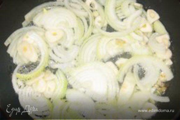 Припустим лук с чесноком (3-4 минуты). Отдельно поджарим перец, потом обжарим яблоки (обязательно все отдельно).