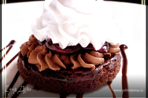 И, наконец, украшаем пирожное кремом. Готовое пирожное лучше выдержать в холодильнике в течении часа-двух, и затем подавать к столу. Приятного аппетита! :)