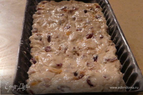 Добавить ягоды (обвалять в муке), орехи и вымешать. * если использовать марципан, то сначала вмешать в него 1 желток, рукой растянуть тесто в квадрат, с одной стороны выложить марципановую колбаску и залепить тесто (оно немного клейкое). Оставить на 20 минут.