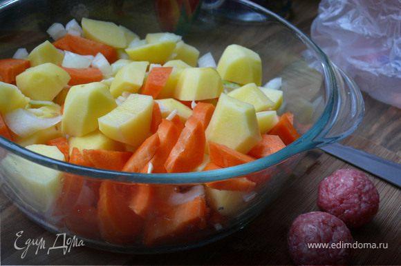 порезать некрупно картофель и морковку,лук, порубить чеснок.Смешать в одной посуде,посолить, полить оливковым маслом, перемешать