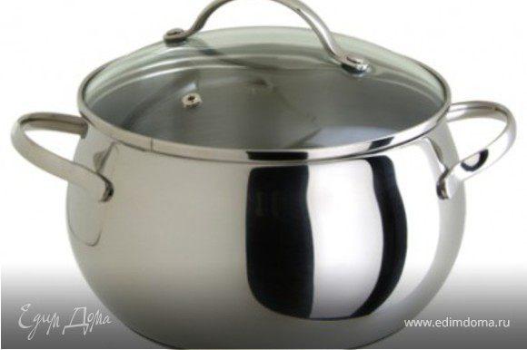 Варим крепкий мясной бульон. На килограмм мяса – 1 ½ литра воды, соль, перец горошком, ветка розмарина, луковица, морковь, корень петрушки. Варим после закипания 1 час. Вынимаем мясо, бульон процеживаем и разбавляем кипятком до 2 ½ литра и ставим на средний огонь.