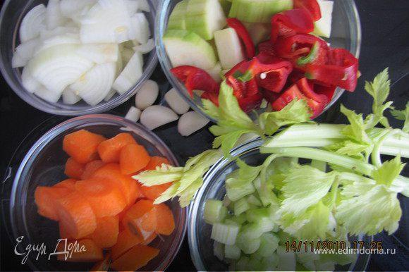 Духовку разогреть до 180 градусов. Все овощи крупно порезать.
