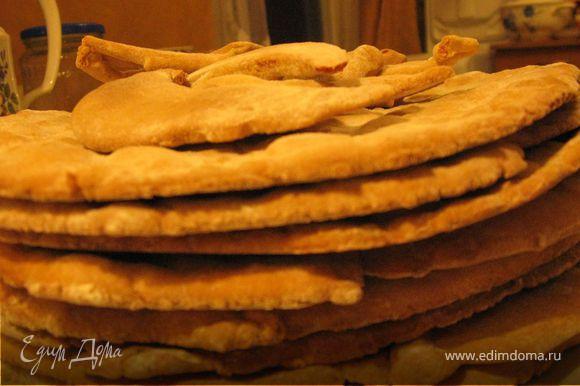 Охладить коржи при комнатной температуре. Если торт готовится не сразу, то тщательно упаковать их и поставить в холодильник.