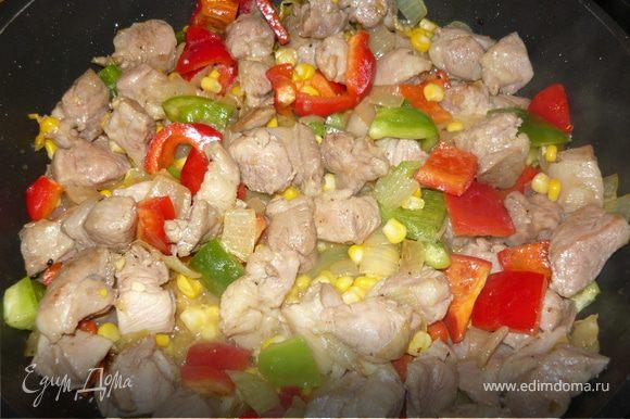 Добавить нарезанный квадратиками болгарский перец, мелко нарезанный острый перец, кукурузу. Посолить, слегка поперчить, накрыть крышкой и довести до готовности на небольшом огне еще минут 10.