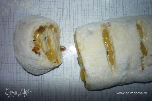 Скручиваем тесто в рулет и нарезаем на 12 кусочков толщиной около 3 см.