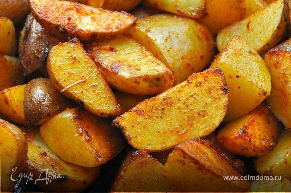 На гарнир тогда в основном подавали всякий разный картофель, причем если мясо (из-за дефицита) подавали гостям порционно, то картошку ставили на стол в общем блюде. Предлагаю пожарить картофель по-деревенски. Картошку хорошо промыть со щеткой, просушить полотенцем, нарезать на дольки с кожурой. Равномерно прожарить в глубокой сковороде на растительном масле на среднем огне. Когда дольки подрумянятся посолить и посыпать куркумой и паприкой, перемешать и довести до готовности.