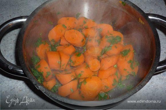 Петрушку мелко нарезать, добавить к отварной морковке.