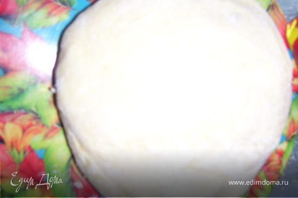 Маргарин мелко рубим или натираем на крупной терке, растираем с сахаром. Добавляем яйца, ванилин, соду, муку. Замешиваем тесто. Ставим на полчаса в холодильник.