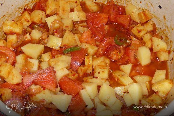 Затем помидоры и картошку, посолить, долить немного воды (так, чтобы не прилипло) и тушить до готовности картошки (накрыть). В конце добавить болгарский перец, несколько минут потушить и положить йогурт, дождаться, пока он прогреется, размешать и выключить (не доводить до кипения, а то он свернется). При подаче посыпать зеленью. Получается остро, с лепешками очень хорошо.