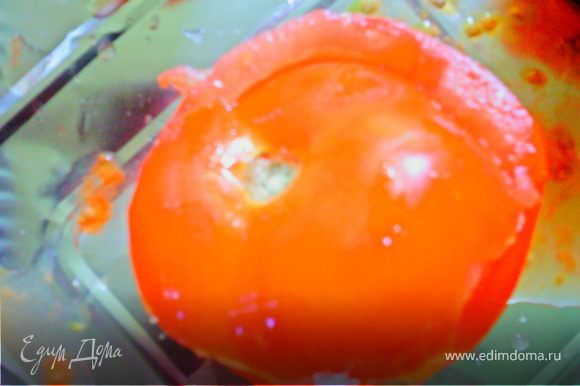"""Моем помидоры, срезаем """"верхушку"""", вычищаем мякоть. Срезанную часть сохраняем, накрываем ей потом помидор как """"крышечкой""""."""