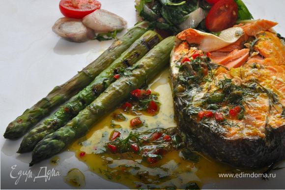 На просторную тарелку выложить стейк форели из фольги. Рядом несколько черенков спаржи и салат с цикорием. Полить рыбу и спаржу соусом и подать к столу. Приятного аппетита!