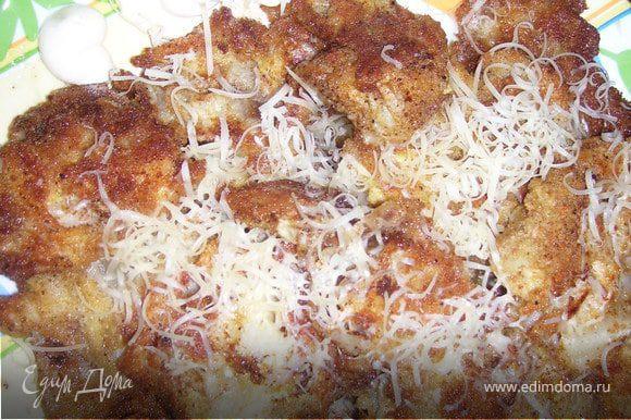 Горочку из еще горячих капустных листиков посыпаем сыром. Подаем с майонезом, в который добавляем 0.5 ч.л. лимонного сока.