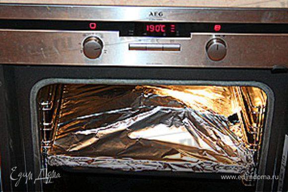 Поместите решетку на противень и закройте всю конструкцию фольгой. Поставьте утку в духовку и запекайте 60-70 минут.