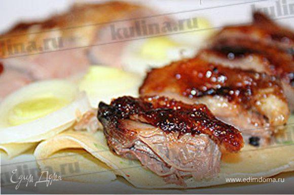 Подавайте утку с блинчиками, соевым соусом и луком-пореем