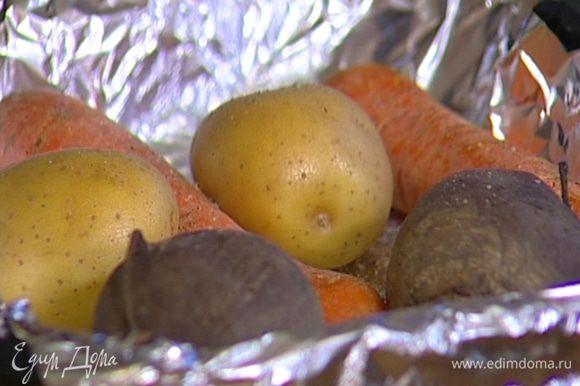 Свеклу, морковь и картофель хорошенько вымыть, сбрызнуть оливковым маслом, посолить, поперчить, присыпать прованскими травами, завернуть в фольгу и запечь до готовности в разогретой духовке, затем остудить и почистить.
