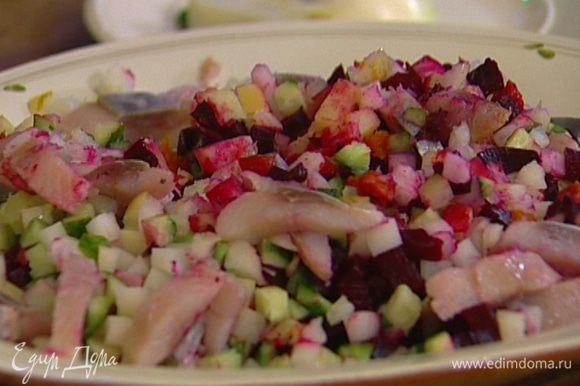 Все запеченные овощи, яблоки, огурцы и лук нарезать небольшими кубиками, а селедку − тонкими полосками, все перемешать.