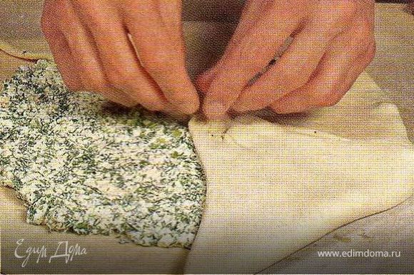 Вытягивать руками концы лепёшки,постепенно стянуть их к центру. Защипать влажными руками