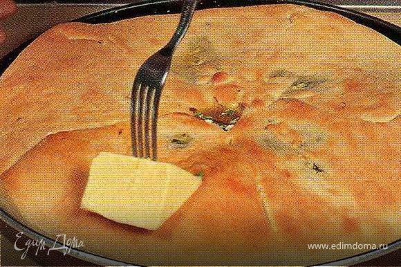 Разогреть духовку до 200С. Выпекать пирог 12-15 минут,до слегка золотистого цвета. Дать остыть и обильно смазать сливочным маслом.Подавать тёплым.(но он и холодный вкусный)