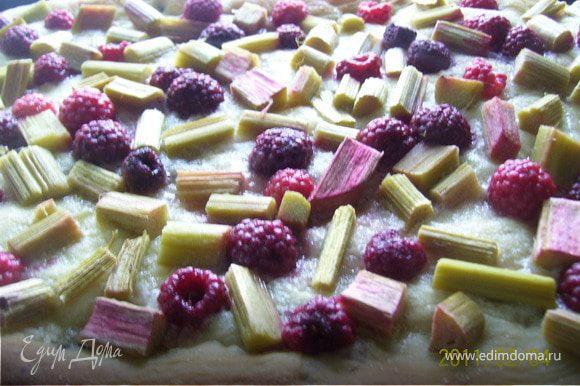 Смазываем бортики пирога сливочным маслом и выпекаем при температуре 220 С 25-30 минут.