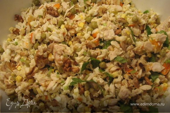 Отварить яйца, грудку. Остудить. Грудку, крабовое мясо, яйца, петрушку нарезать, грецкие орехи поломать, посолить, все перемешать, добавить майонез.