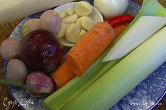 Лук и чеснок почистить, помидор и сельдерей разрезать пополам.