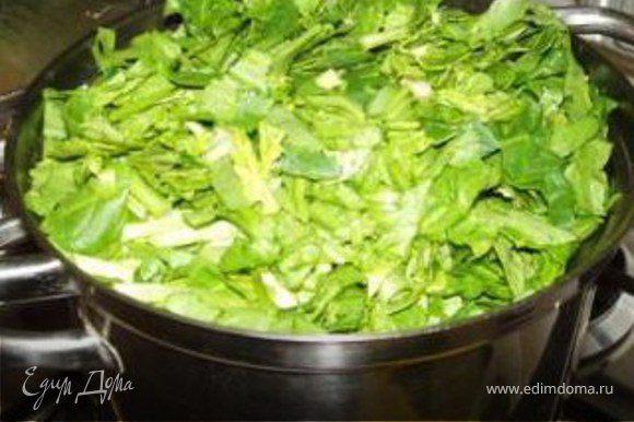 Хорошо промыть шпинат под водой.Отварить несколько ( 1-2 мин не более.Процедить. Порезать,добавить к луку специям и яицам.Перемешать.