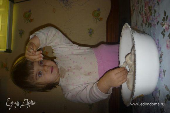 В теплой воде растворяем соль и сахар (если используете свежие дрожжи, то добавляете и их, даете разойтись и начать пениться). Сухие дрожжи смешиваем с 3 стаканами просеянной муки. В муку добавляем жидкость, перемешиваем и добавляем масло и замешиваем тесто, добавляя муки до густоты. Тесто должно отлипать от рук и легко раскатываться. Готовое тесто отставляем на 30 минут.