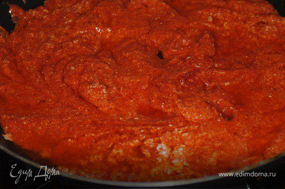 После того,как мы обжарили,выкладываем их в посуду,что выносит жар в духовке.Как только выложили,берем том.пасту и сметану,тоже чуть обжариваем.