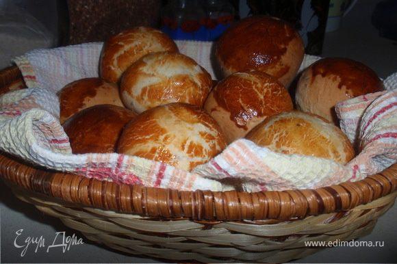 Сделать хлебец, смазать желтком и посыпать кунжутом. Дать постоять 30мин. Выпекать при температуре 180С 30-35 мин.