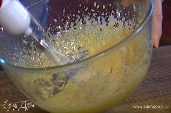 Желтки взбить с 50 г сахара.
