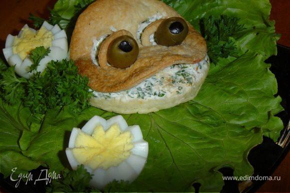Выкладываем лягушку на листья салата.