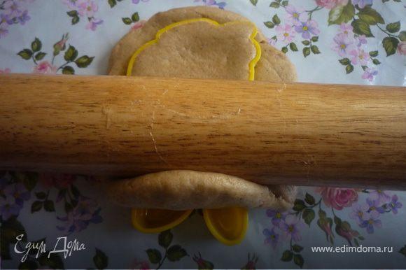 После охлаждения с тестом происходит чудо, оно перестает липнуть и легко раскатывается, даже без муки и масла, руки и скалку я слегка смазывала растительным маслом. Если в процессе работы нагревшееся тесто опять начинает липнуть, то его надо на несколько минут положить в морозилку. Раскатать тесто в пласт, толщиной 1-1,5 см, вырезать фигурки, выложить на смазанный раст. маслом лист и выпекать 15-30 минут при 180 градусах. Пряники лучше не пересушивать, они должны остаться мягкими, особенно крупные. Можно формочки в виде животных смазать растительным маслом, заполнить пряничным тестом и получить печатные пряники. (формочки я нашла в игрушках у дочурки).