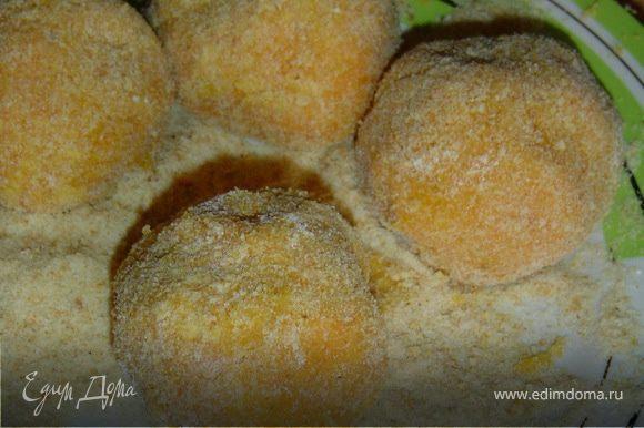 Из тыквенной массы формируем шарики, обваливаем их в муке, затем в взбитом яйце, и в панировочных сухарях.Обжариваем их на оливковом масле.
