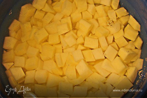 Пока варится перловка, режем кубиками картофель и очень мелкими кубиками огурцы.