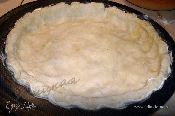 Тесто достаньте из холодильника и разомните в форме, формируя корж с бортиками.