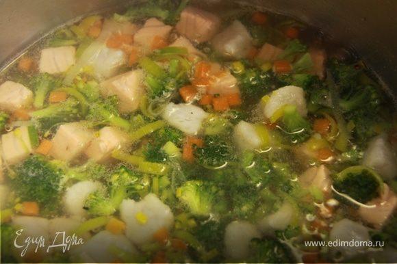 3. В кипящую воду бросаем морковь, через 30 секунд добавляем порей и брокколи, капаем немного масла,солим-перчим по вкусу и варим ещё 2 минуты. 4. Закладываем аккуратно рыбу и варим на среднем огне еще 3-4 минуты.