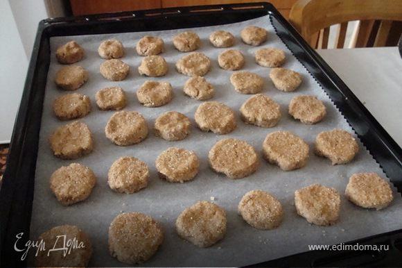 Обмакнуть каждый кружок печенья в сахар с корицей и выложить на противень , застеленный бумагой для выпечки.