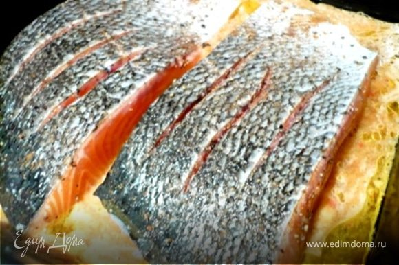 Стейки лосося надрезать (для красоты и чтобы лучше прожарились). Обтереть кожицу солью, перцем и специями. Форму сбрызнуть оливковым маслом. Залить туда соус и сверху выложить стейки. Запекать в разогретой до 220 С духовке 18-20 минут.