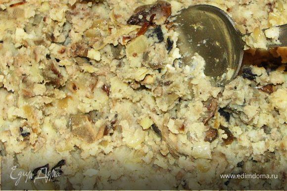 Отвариваем картофель до готовности.Сливаем воду,толчём в пюре и смешиваем с мясом и грибами.Чтобы начинка не была очень крутой добавляем несколько столовых ложек жидкости(вода с грибов или картофельная вода слитая после варки).Тщательно перемешиваем.Начинка готова.