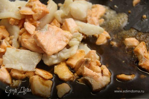 6. Когда рыба немного подрумянится, добавляем столовую ложку соевого соуса и сок половинки лимона.