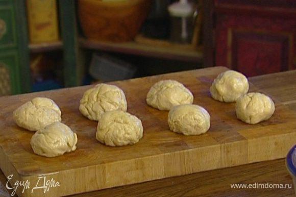 Через час-полтора обмять тесто, разделить его на 12 частей и дать постоять еще 30 минут.