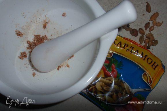 Сделать глазурь: сливочное масло, сливки, сахар, кардамон довести до кипения. Горячий пирог смазать глазурью.