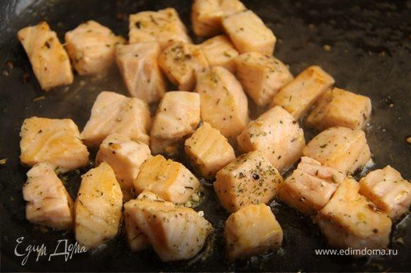 2. На небольшом огне в оливковом масле слегка обжариваем лосось. Солим, добавляем любимые рыбные специи, травы. Не жарьте на большом огне, зажаренный лосось теряет свой вкус, я, например, не могу есть пережаренную рыбу. Обжариваем с 2 сторон в течении 1 минуты и вынимаем.