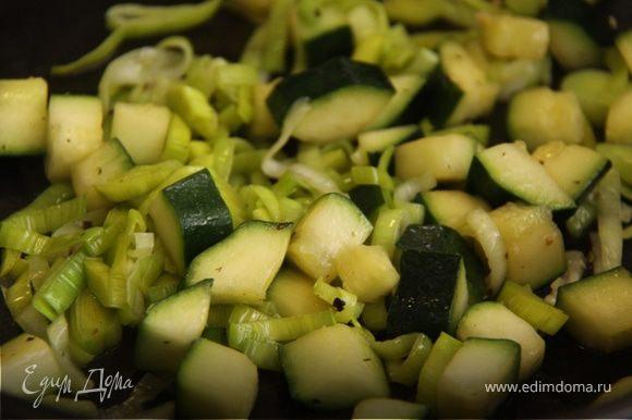 4. Добавляем порей, и доводим до мягкости, не зажаривайте, иначе теряется вкус и цвет овощей. Не забываем слегка посолить.