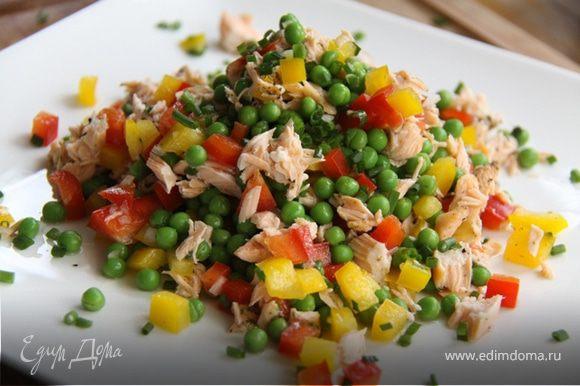 7. Смешиваем рыбу с овощами-аккуратненько, выкладываем красиво на тарелочку и украшаем немного мелко рубленным зелёным чесноком.
